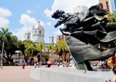 Estatua de Simón Bolivar en la Plaza Bolivar de Pereira. Comprar casa en Colombia
